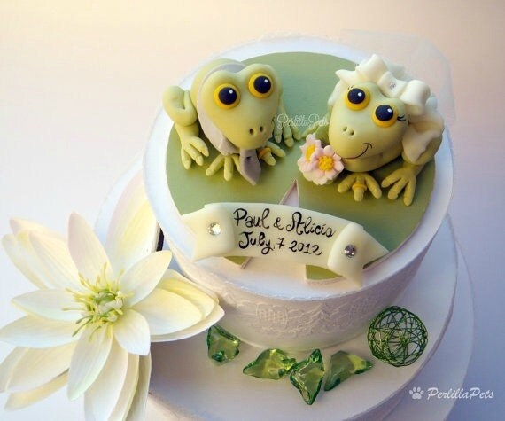 Frogs cake topper for a wedding cake with a lily pad wood base