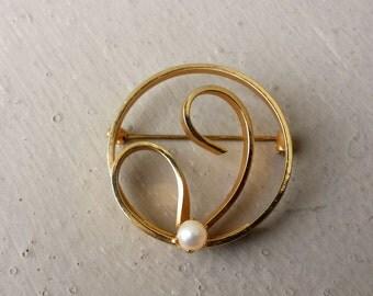 Gold Swirl Circle White Pearl Pin Brooch