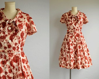 Vintage 1950s Dress / 50s Rose Floral Print with Full Pleated Skirt Shirtdress with Tie Neck