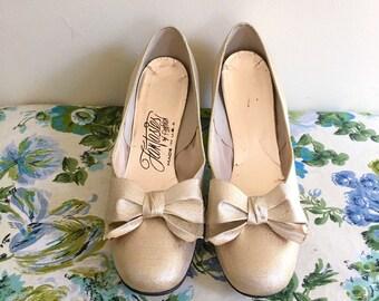 Vintage 60s Large Gold Bow Pumps / Shimmery Dress Heels / Mod Gold Shoes - 1960s