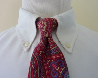ORNATE Vintage Sturbridge Tiemakers to America Multi-Colored Blue, Cream, & Red Paisleys Trad / Ivy League Neck Tie.  Made in USA.
