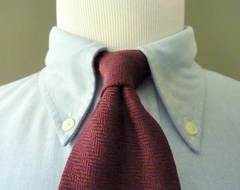 CLASSIC Vintage Brooks Brothers MAKERS Pure Silk Maroon Micro Herringbone Trad / Ivy League Neck Tie.  Woven in Italy.  Made in USA.