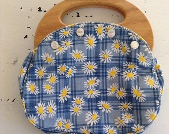 ON SALE vintage. PURSE. cotton. Daisies. wood handle. Plaid. 1970s.