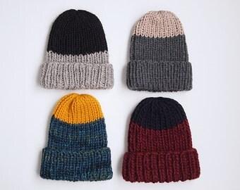UNE TUQUE deux couleurs, faite de laine récupérée ici et là, choisissez votre couleur parmi les choix montrés