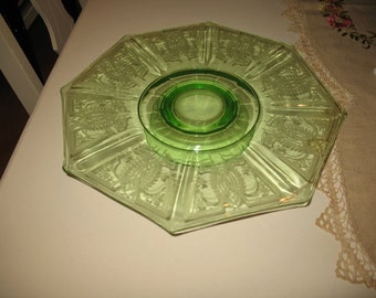 Plateau on foot for cake in green Depression glass.
