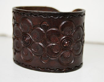 Wide leather bracelet with flowers