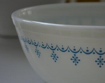 vintage Pyrex Snowflake Blue Garland 404 mixing nesting bowl, blue and white