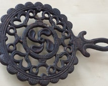 Vintage Cast Iron Trivet Shabby Chic French Cast Iron Trivet with Handle Rustic Cast Iron Footed Pot Holder with Hearts Rusty Vintage Patina