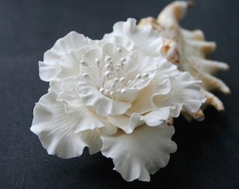 White bridal hair flower. Bridal flower hair clip. Hair clay flower. Wedding flower clip. Wedding hair accessory. Hibiscus