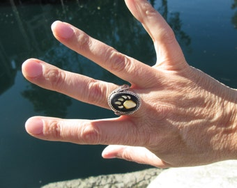 Vintage Black Onyx, Mother of Pearl and Sterling Bear Paw Inlay Ring Feathers on Side. Size 8.25