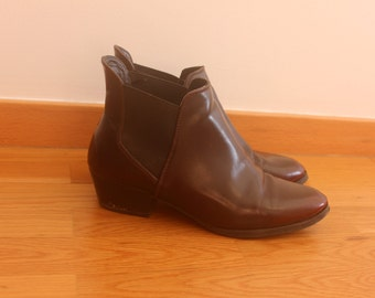 Low burgundy boots