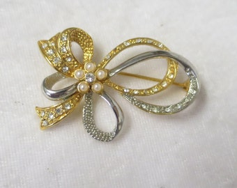 Vintage goldplated/silverplate brooch with pearl and diamante trim