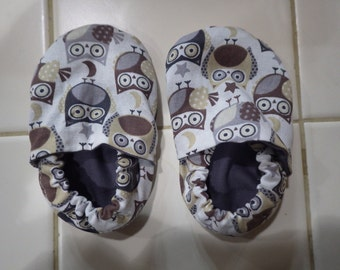 Gray and brown owl crib shoes