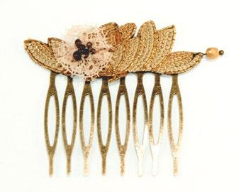 Peigne art déco - Fleur de dentelle rose et broderie vintage bronze