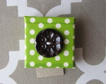 Button Flower on Green Tiny Magnet