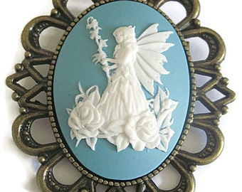 Retro vintage cameo brooch elve witch forest dwarf flowers wedding ceremony nature heroic fantasy robin hobb medieval