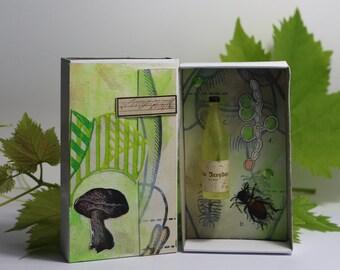 Art box:petit diorama assemblage réalisé dans une boîte d'allumette.Vendange, bouteille de vin.Matchbox.
