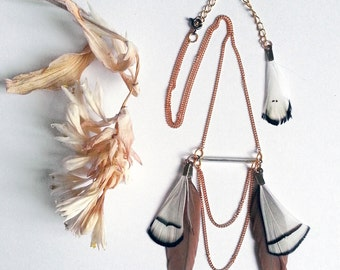 Graphic & colored feathers necklace
