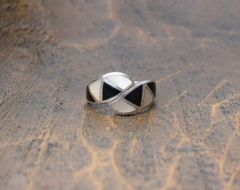 Mother of Pearl and Black Stone Inlay Retro Design Vintage Silver 925 Ring, US Size 8.75, Used