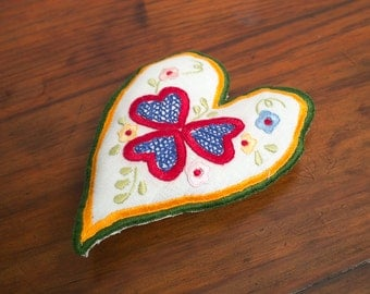 "Valentines linen Heart with ""Namorados"" embroidery - GREEN"