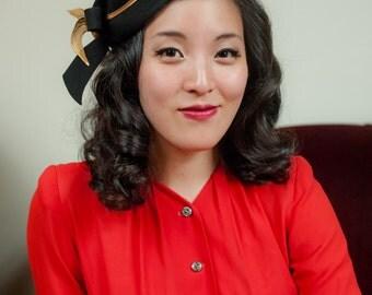 Vintage 1940s Hat - Elegant Black Felt Peaked Crown 40s Tilt Hat with Golden Metallic Band and Large Bow