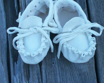 White deerskin baby moccasins , Traditional baby moccasins ,  Baby crib shoes , Baby shower gift