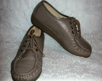 Vintage Ladies Tan Leather Oxfords Granny Shoes by SAS Size 7 Only 7 USD