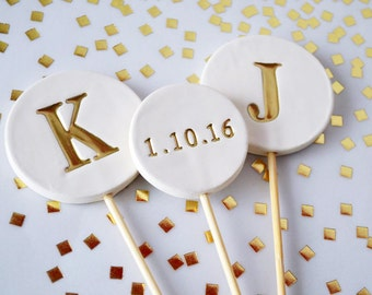 Wedding Cake Topper - PERSONALIZED and Modern Circle with Gold Initials and Wedding Date