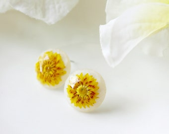Resin / earring / yellow / Pressed flowers, Simple Stud Earring, Cool Earring, Resin Earring, Gift for her, Cool Jewelry, Terrarium Jewelry