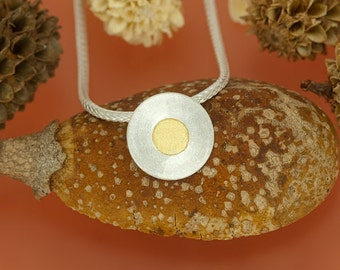 Circular pendant with fine gold point