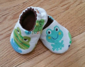 Frog baby slippers, froggy crib shoes, gender neutral baby booties, lined baby slippers, unisex baby shower