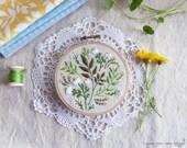 Fleurs vertes, kit de broderie, Noël cadeau idée - feuilles vert - cadeau de Noël pour homme, broderie d'Art de cerceau, Kit de bricolage, Tamar Nahir