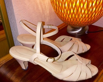 Vintage 1970's Hush Puppies  - size 6.5 slingback white high heeled sandals