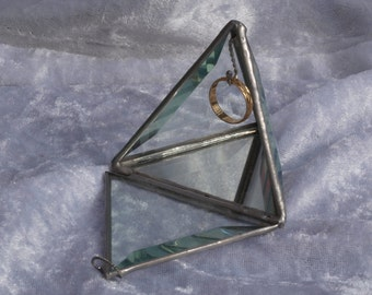 Stunning triangle bevel ring holder