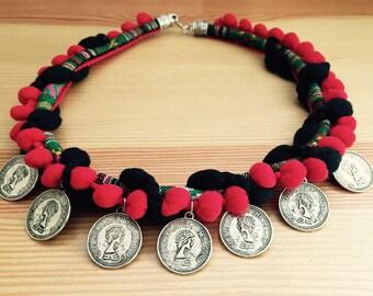 Collar Étnico trenzado con monedas.