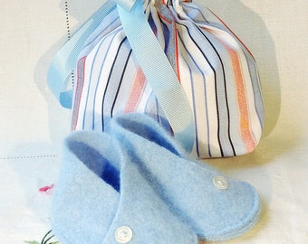 Cashmere baby booties with drawstring bag