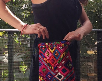 Bag for hanging shoulder embroidered in Chiapas, with geometric motifs