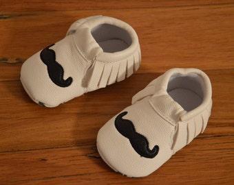 Moustache baby mocassins