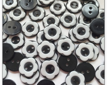 20 or 40 Black and white flower buttons, plastic buttons, novelty buttons, buttons, scrapbooking, sewing, crafts