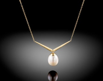 18K gold necklace set with cultured Freshwater oval pearl.