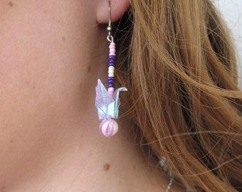 Bijou en origami. Boucles d'oreilles Grue en origami mauve, rose et blanc avec perles. Fait-main, hypoallergenique. Commandes personnalisées