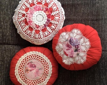 Round pillow with tulip