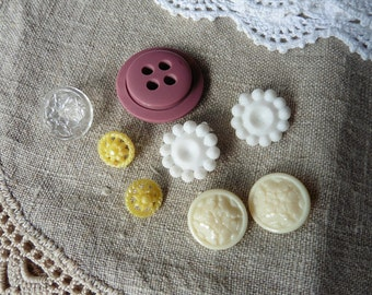 LOT of 8 vintage buttons