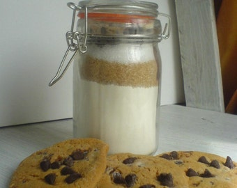 Kit almonds and chocolate chip cookies