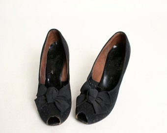 ON SALE Vintage 1940s Heels - Big Bow Suede Leather Pumps - size US 6