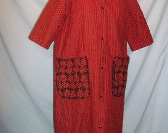 Red Calico Floral Cotton Quilted 60s Vintage Housecoat Robe Embroidered Pockets Snap Front S M