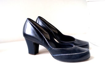 Classy vintage 40s  navy blue genuine leather pumps with a white pick stitching and curvy silhouettes. Size 8 1/2