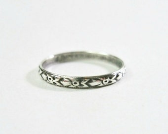 Vintage Uncas Art Deco Sterling Silver Wedding Band Ring - Size 6 - Narrow - Floral - Stacking Ring - 1920s to 1930s