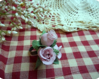 Prom or Bridal Finger Corsage Ring. Pink Rose Bud Satin Millinery Flower ring with Green foliage. Romantic Victorian Tea Ring. Pretty Sweet