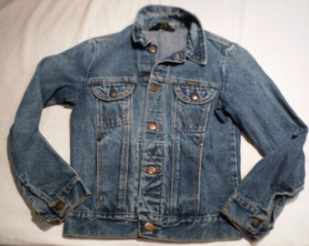 Boys Vintage 80s Wrangler Button Up Faded Blue Denim 4-Pocket Back To School Jacket sz M with riveted lower pockets